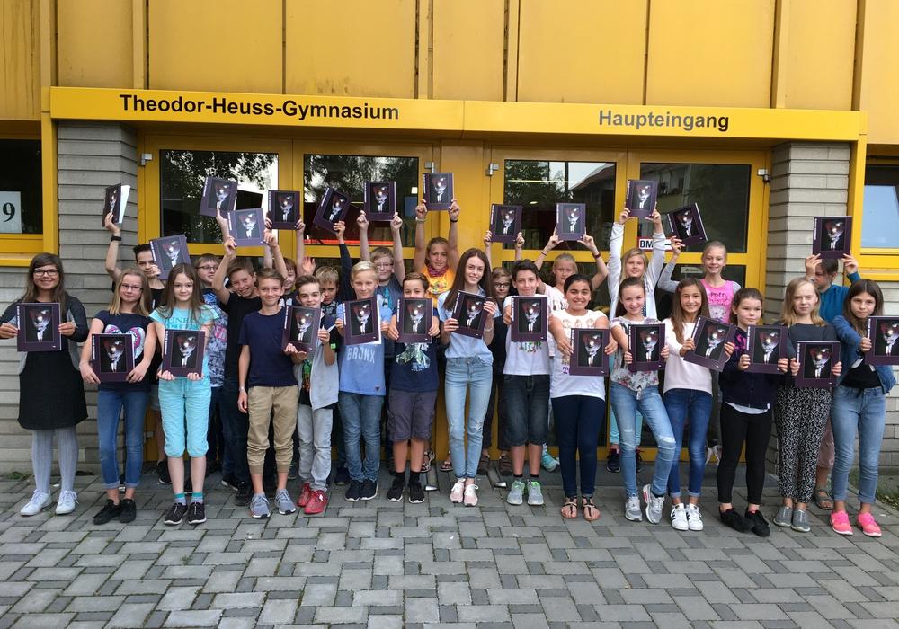 Die Schüler des THG freuen sich über das neue Jahrbuch. Foto: Privat