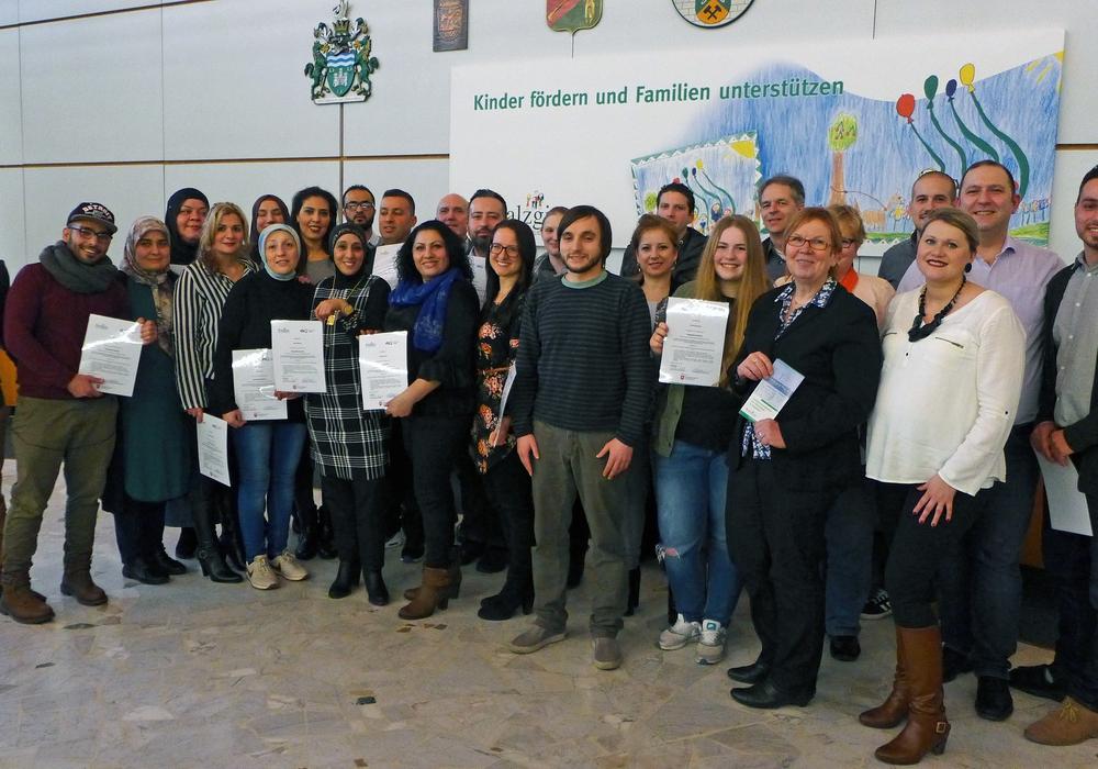 Die neuen Integrationslotsen freuen sich über die Auszeichnung, die ihnen Christa Frenzel, Erste Stadträtin der Stadt Salzgitter, (zweite von rechts) überreichte. Foto: Stadt Salzgitter