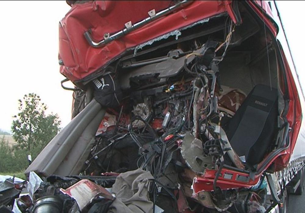 Nach einem schweren LKW-Unfall ist die Fahrerkabine kaum noch zu erkennen. Foto: 24-7aktuell(MD)