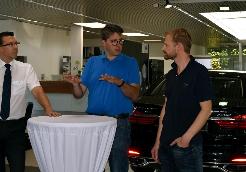 Geht es gerade um Fachkräfte oder doch eher um Motorleistung? Andreas Deutschmann, Dr. Oliver Junk und Uwe Schwenke de Wall jun. (von links) im Fachgespräch Foto: Stadt Goslar
