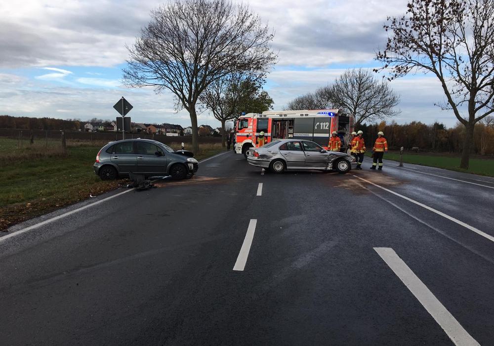 Crash auf der B214. Bei dem Unfall wurden drei Personen verletzt. Fotos: aktuell24(KR)