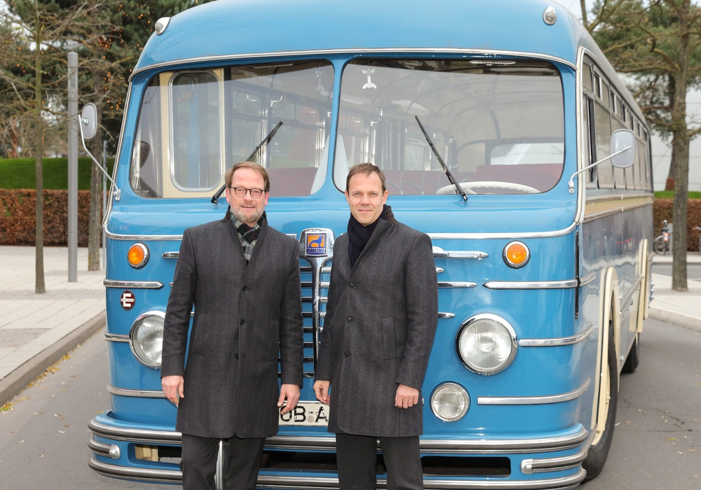 Roland Clement, Vorsitzender der Geschäftsführung der Autostadt, (rechts) und Claudius Colsman, Mitglied der Geschäftsführung der Autostadt, präsentieren das neue ZeitHaus-Exponat. Fotos: Mario Westphal