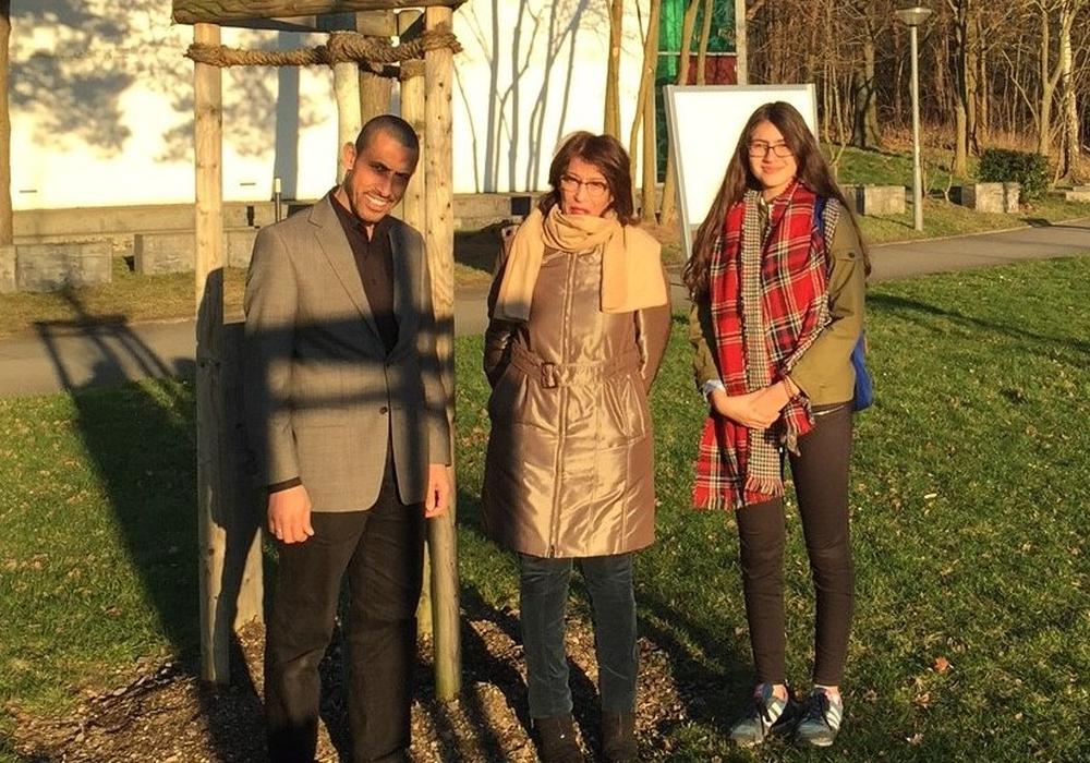 Inchirah Hababaou (Mitte) mit dem Geschäftsführer des Islamischen Kulturzentrums, Mohamed Ibrahim (links) und Ronia Hicheri vom Referat Repräsentation, Internationale Beziehungen der Stadt (rechts). Foto: Stadt Wolfsburg