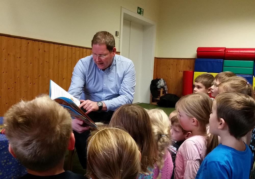 Marcus Bosse las für kinder in Schladen. Foto: Privat