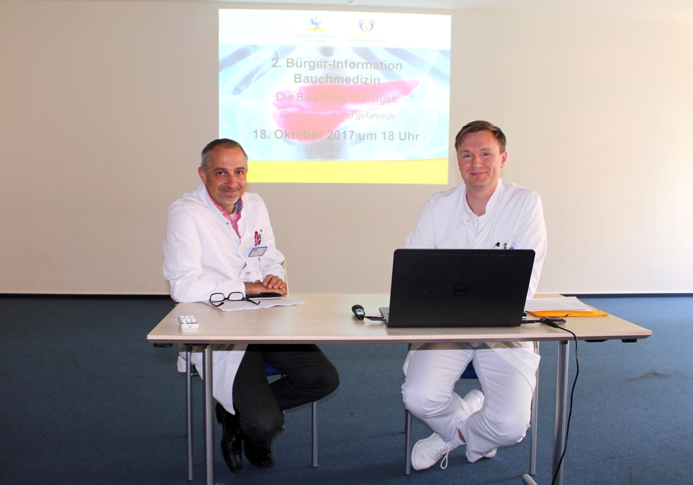 Dr. Kinan Rifai (li.) und Dr. Mark Jäger klären über Risiken aber auch die Chancen der Heilung von Bauchspeicheldrüsen-Erkrankungen auf. Foto: Alexander Dontscheff