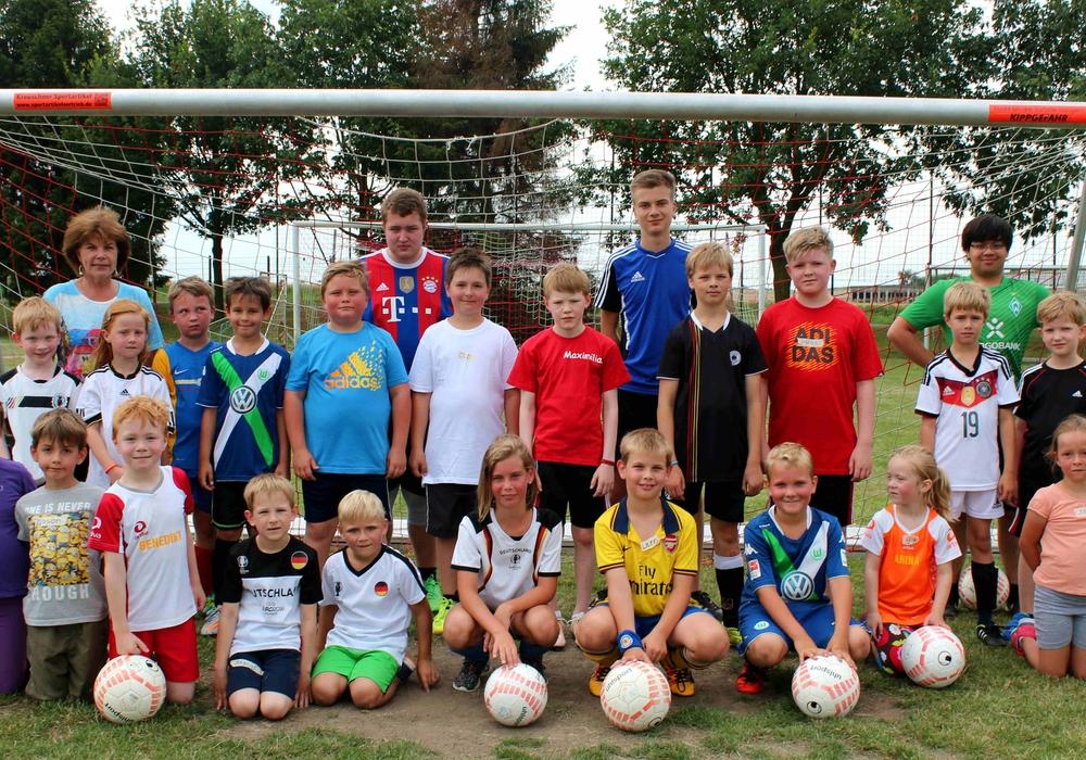 Die Teilnehmer des Fußballtrainings auf dem Kissenbrücker Sportplatz. Foto: privat