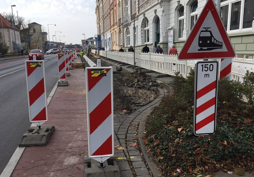 Der Radweg kann derzeit nicht benutzt werden, die Fahrbahnspur wurde nur leicht verengt. Foto: Alexander Dontscheff