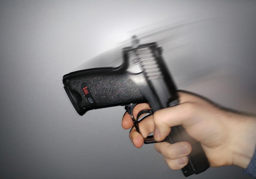 Mit der Pistole wurde ein junger Mann geschlagen. Symbolfoto: Alexander Panknin