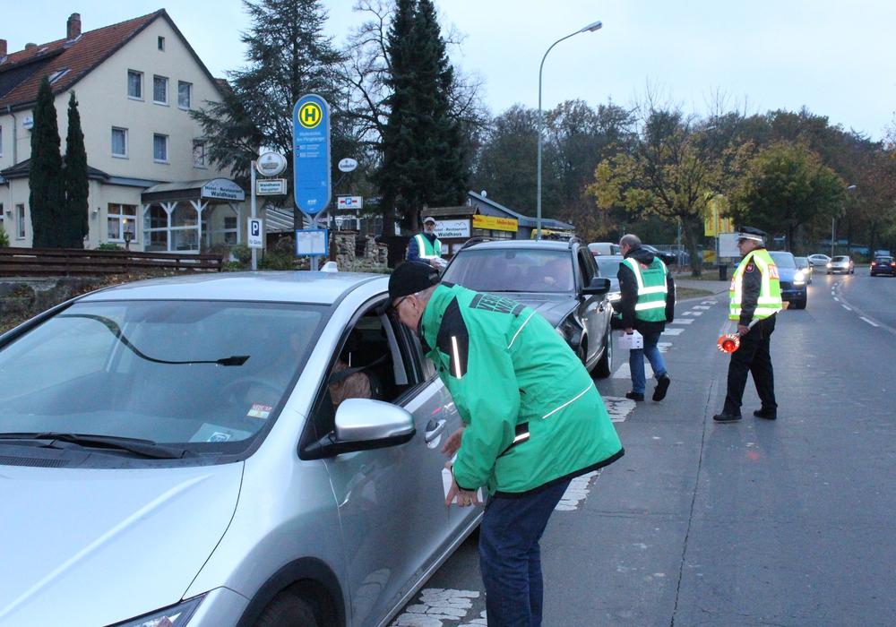 """Auf der Adersheimer Straße wurden die Autofahrer bei der 13. Aktion """"Winterfestes Auto"""" auf die Winterzeit hingewiesen. Fotos: Anke Donner"""