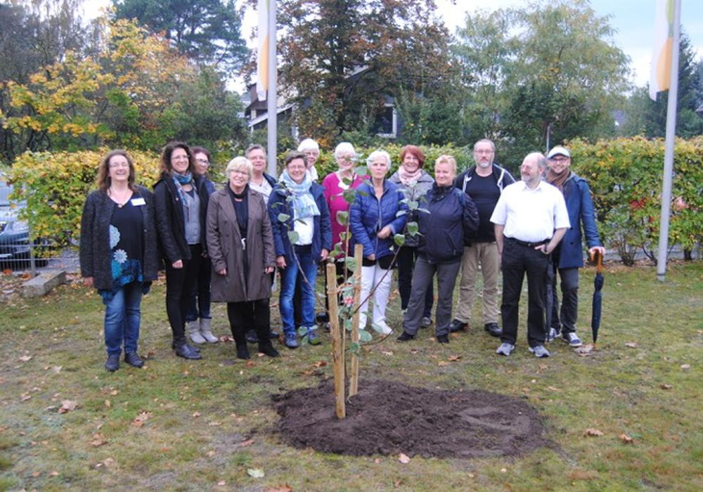 Zum 25-jährigen Jubiläum wurde ein Apfelbaum gepflanzt. Foto: KVHS