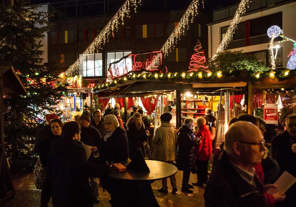 Die Weihnachtsmarktgäste genossen am vergangenen Donnerstag ihren ersten Glühwein. Fotos: Rudolf Karliczek