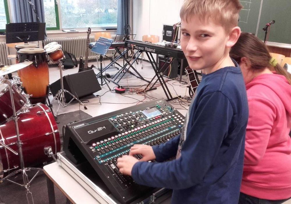 Für das Theodor-Heuss-Gymnasium gab es neue Tontechnik. Fotos: Dirk Raecke