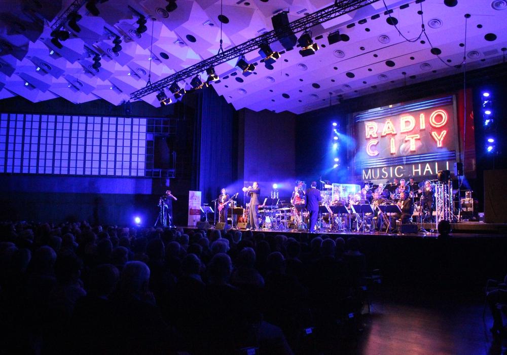 Die Big Band der Bundeswehr spielte am Donnerstagabend in der Stadthalle für Kinder der Region. Fotos: Anke Donner