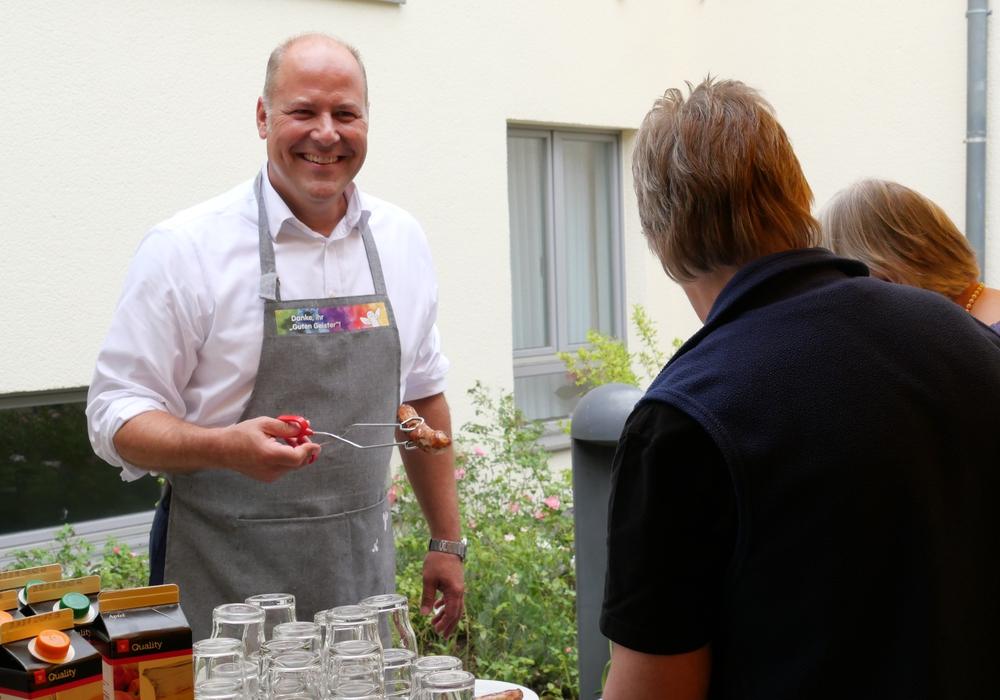 Nahm die Sache mit der Zange selbst in die Hand: Carsten Graf, Vorstandsprecher der PSD Bank Braunschweig. Foto: PSD Bank Braunschweig