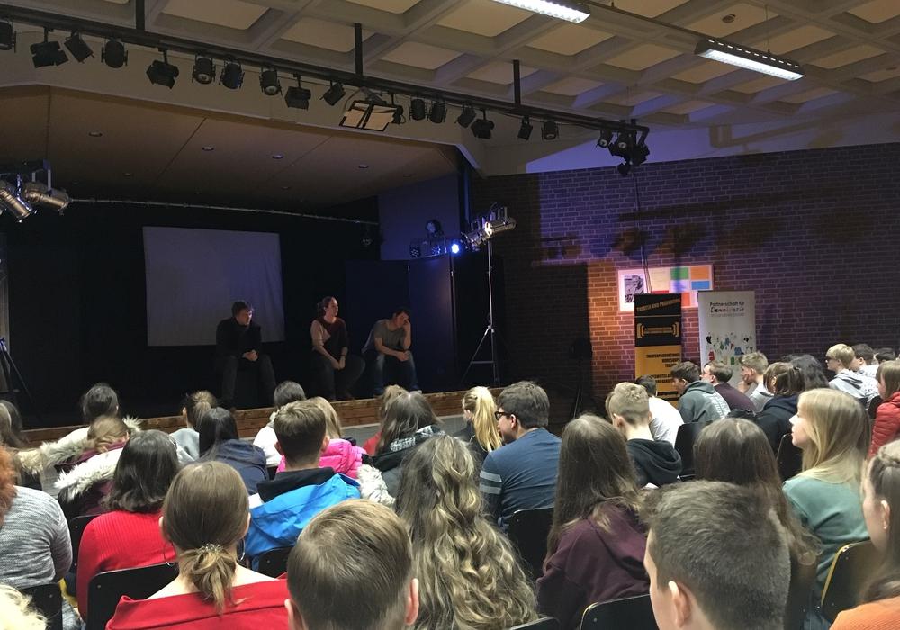 Diskussion im Anschluss an das Theaterstück mit Andreas Püst, Julia v. Thoen und Sven Mein vom Schauspielkollektiv Lüneburg. Foto: Polizei