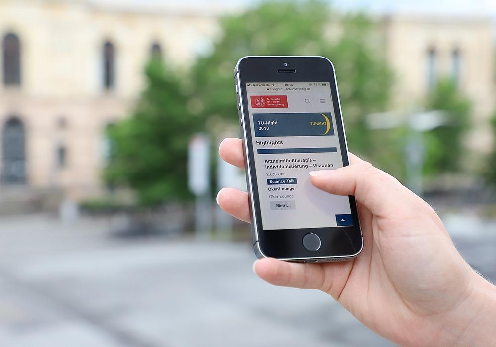 Das Programm für die TU-Night kann bequem auf dem Smartphone zusammen gestellt werden. Foto: Kristina Rottig/ TU Braunschweig