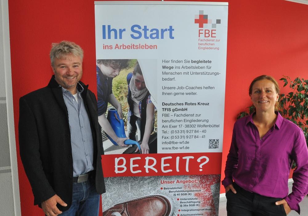 Uwe Rump-Kahl (links) und Nicole Arendt begleiten Menschen mit Behinderungen auf ihrem Weg ins Berufsleben. Foto: DRK