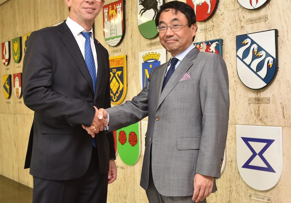 Oberbürgermeister Klaus Mohr empfängt den japanischen Generalkonsul Takao Anzawa. Foto: Stadt Wolfsburg