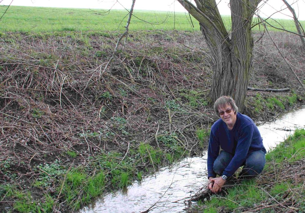 Lutz Seifert bei der Herstellung des ordnungsgemäßen Ablaufs des Gewässers Rottebeek. Foto: Ortsverband Elm Asse Fallstein von Bündnis 90 und Die Grünen