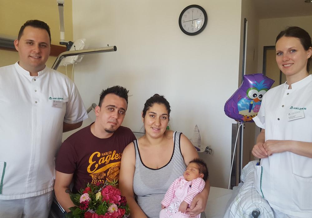 Marinela Papadima mit Tochter Melina und Ehemann Emileano, Assistenzärztin Aurelija Jankute und Arzt Henri Hasanaj. Foto: Asklepios Harzkliniken