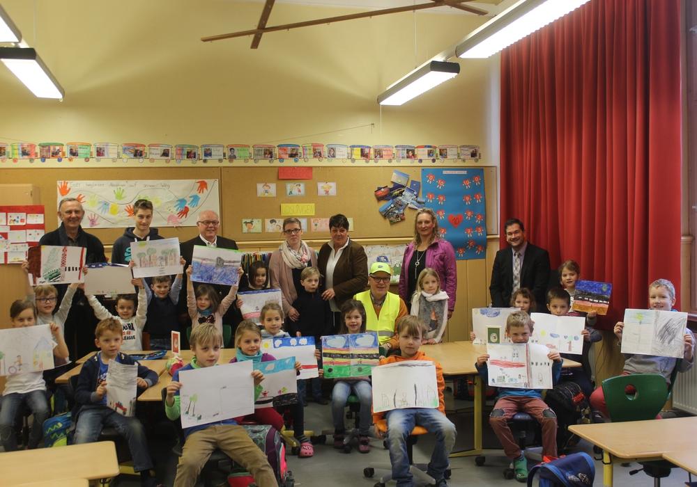 Die Verkehrswacht besuchte die Grundschule Am Harztorwall. Die Kinder haben schon fleißig für den Malwettbewerb gemalt. Fotos: Anke Donner
