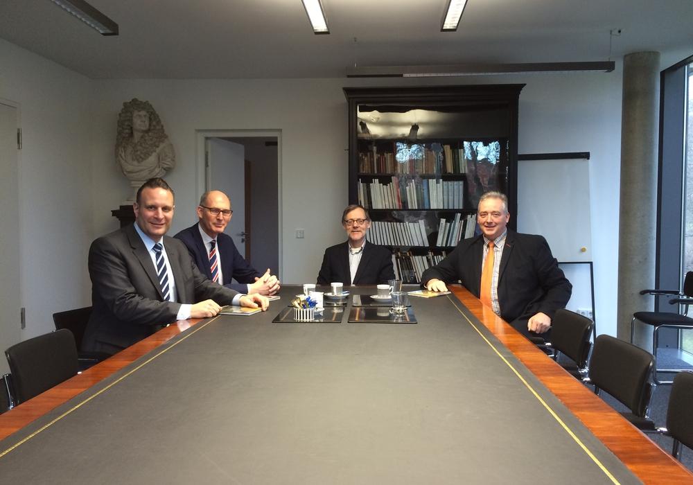 Am alten Kabinettstisch der früheren Braunschweiger Regierung: Oliver Schatta, Christoph Plett, Jochen Luckhardt und Frank Oesterhelweg. Foto: privat