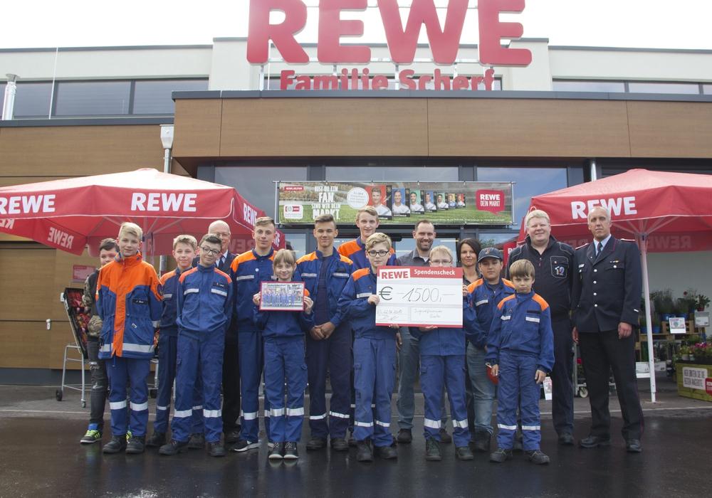 Anika und Andreas Scherf (hintere Reihe) umgeben von den Jugendlichen der Jugendfeuerwehr Goslar sowie Olaf Laue (Ortsbrandmeister) hintere Reihe) sowie Udo Löprich und Jan Sievers (rechts). Foto: Feuerwehr Goslar