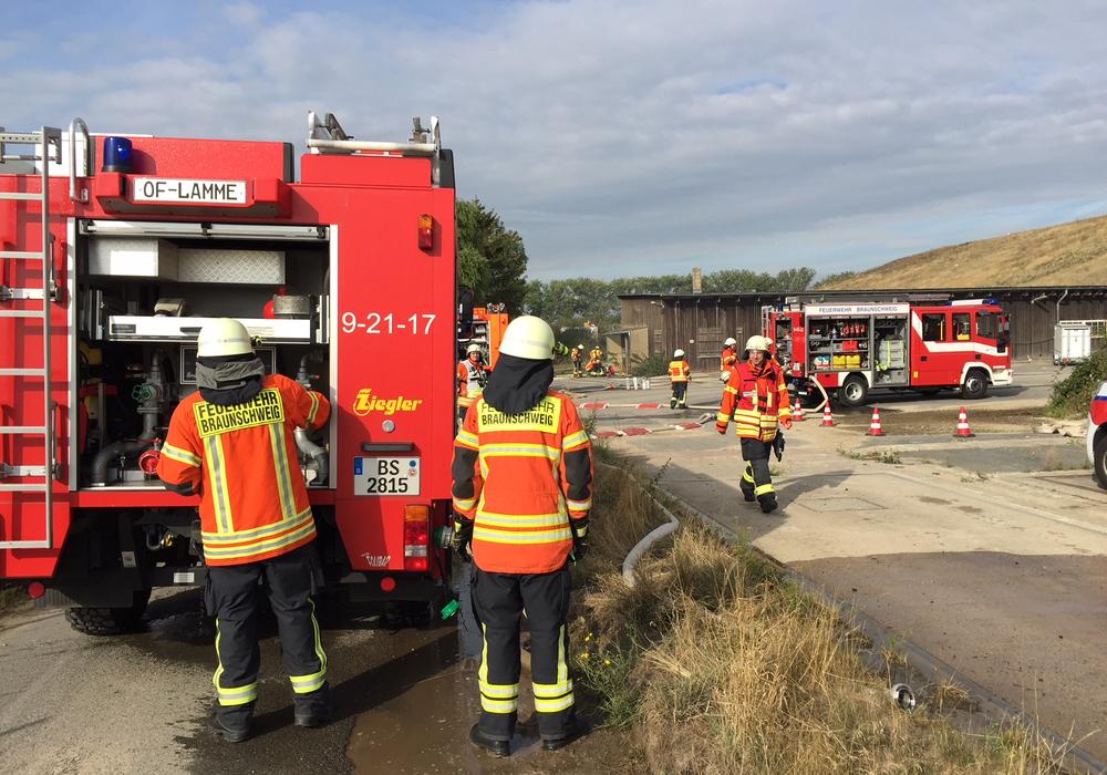 Ein Tanklöschfahrzeug übergibt Wasser an einen Löschzug bei der Großübung. Fotos: Feuerwehr Braunschweig