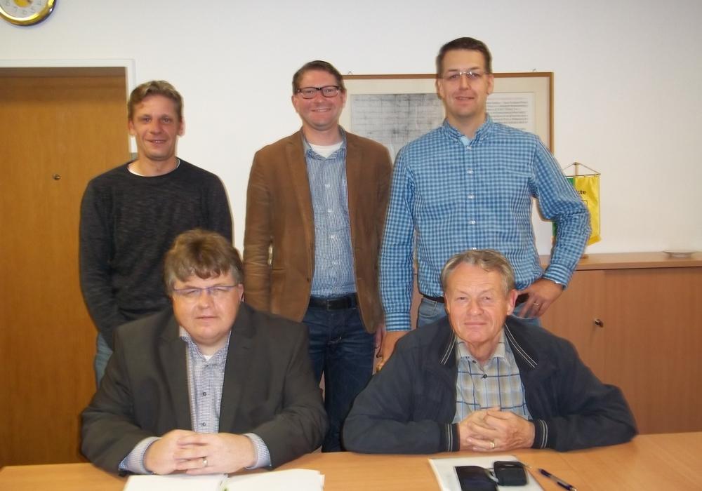 CDU und FDP im Gemeinderat Sickte haben eine Gruppe gebildet und stellen damit die absolute Ratsmehrheit. In der ersten Gruppensitzung wurden wichtige personelle Weichenstellungen vorgenommen: Matthias Otte (FDP, Sprecher der CDU/FDP-Gruppe im Finanzausschuss), Dr. Manfred Bormann (CDU, Vorsitzender der CDU/FDP-Gruppe); hintere Reihe von links nach rechts: Kai Jacobs (CDU, stellvertretender Vorsitzender der CDU/FDP-Gruppe), Marco Kelb (CDU, CDU/FDP-Kandidat für das Bürgermeisteramt), Stefan Fenner (CDU; CDU/FDP-Kandidat für das Amt des stellvertretenden Bürgermeisters) Foto: Privat