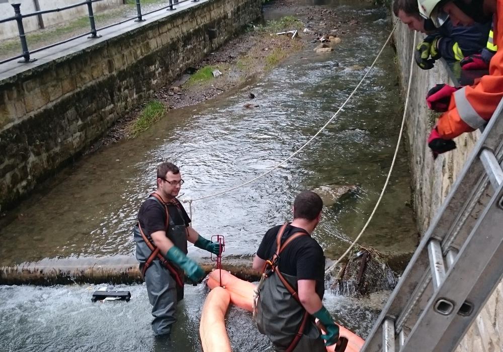 Die Feuerwehr musste heute wegen eines Ölfilms auf der Abzucht ausrücken.   Das Bild zeigt die Ölsperre nahe der Königsbrücke. Im Einsatz war die Feuerwehr Bündheim. Fotos: Feuerwehr
