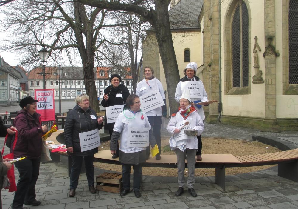 """Die Goslarer Gewerkschafterinnen informierten zum """"Equal Pay Day"""" am vergangenen Samstag in der Innenstadt über Verdienstunterschiede bei Männern und Frauen. Foto: Privat"""
