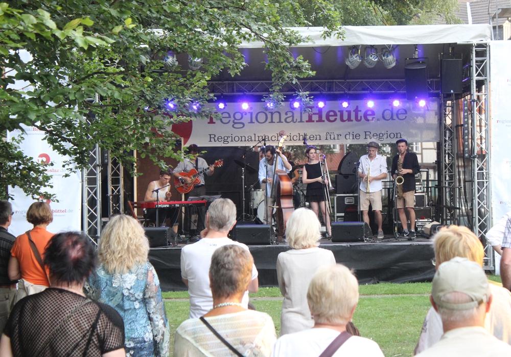 Die Innenstadt füllt sich und auf den Bühnen sorgen die Musiker für Stimmung. Fotos: Anke Donner