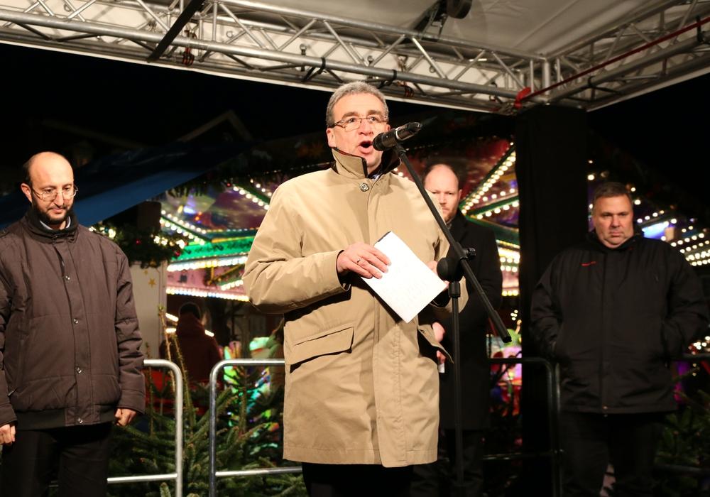 Eröffneten den Weihnachtsmarkt 2015: (v.l.) Imam Mehmet Simsek, Bürgermeister Thomas Pink, Pfarrer Matthias Eggers, Probst Dieter Schultz-Seitz. Foto/Video: Werner Heise