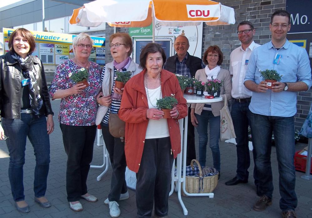 Ulrike Bosse (CDU-Ratsmitglied), die Hötzumer Bürgerinnen Frau Rasch und Frau König,  Rosemarie Gerlach (CDU-Bürgervertreterin), Johann Seifert (CDU-Ratsmitglied), Kreutz, Marco Kelb (CDU-Ratsmitglied und Bürgermeisterkandidat) und Stefan Fenner (CDU-Ratskandidat). Foto: Privat