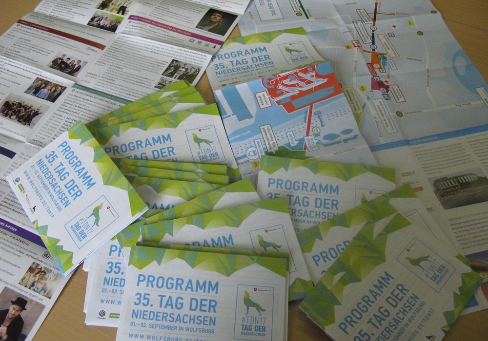 Die Flyer zum Tag der Niedersachsen sind ab sofort in den Rathäusern sowie online erhältlich. Foto: Stadt Wolfsburg