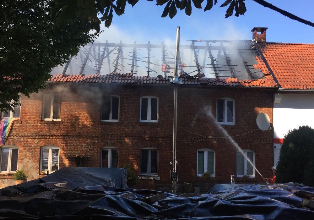 Derzeit werden die Flammen im Wohnhaus bekämpft. Foto: Sandra Zecchino