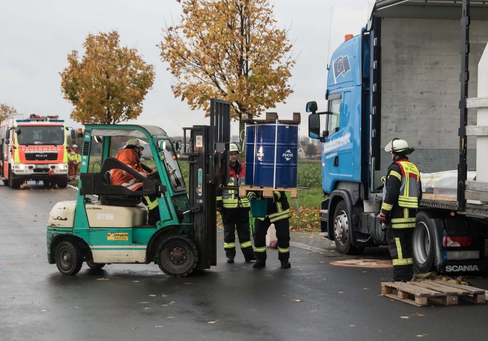 Die Feuerwehr musste ein undichtes Ölfass von einem Lastwagen holen. Fotos: Rudolf Karliczek