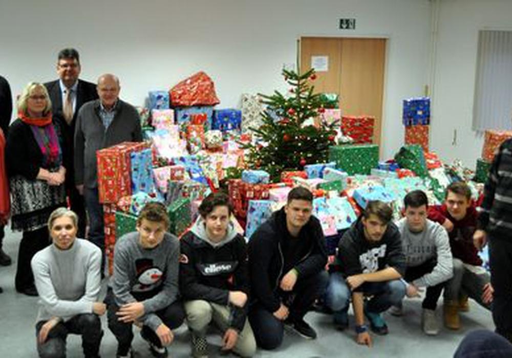 Schüler der Lademann-Realschule helfen beim Päckchenpacken. Foto: Stadt Helmstedt