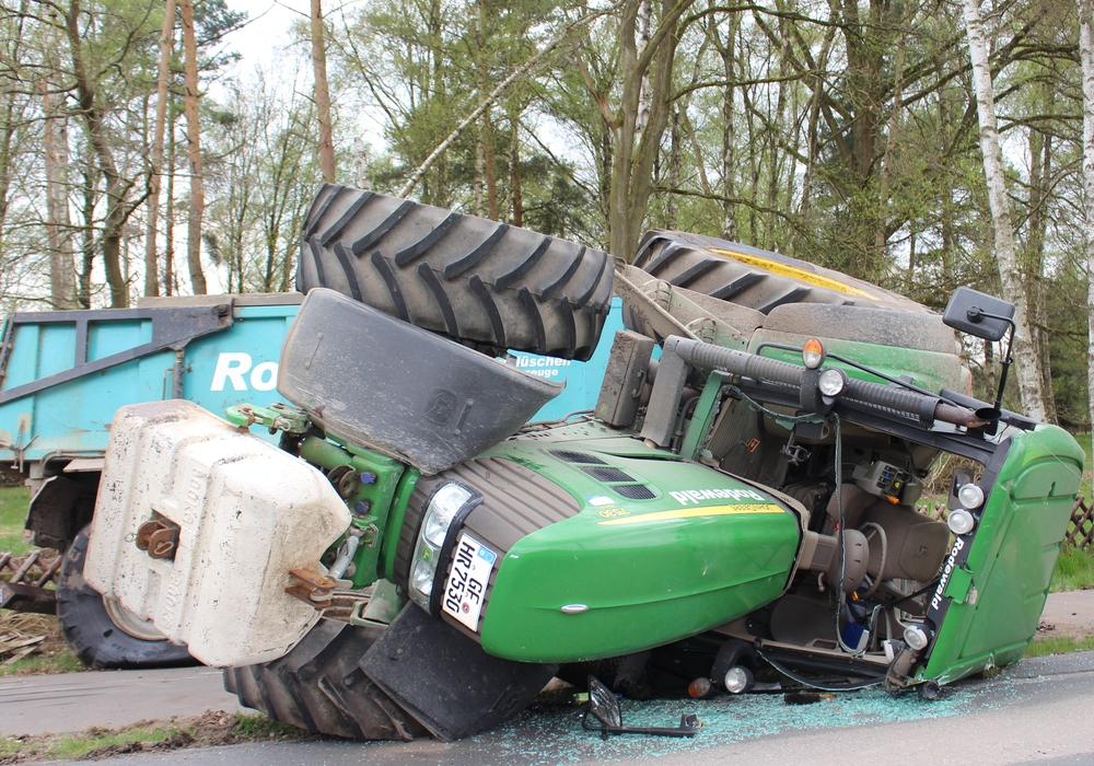 Nach dem Unfall liegt der Traktor auf der Seite. Foto: Christoph Böttcher