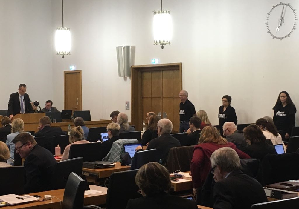 Stiller Protest im Ratssaal, während Gunnar Scherf (AfD) die Fragen vorlas. Foto: Eva Sorembik