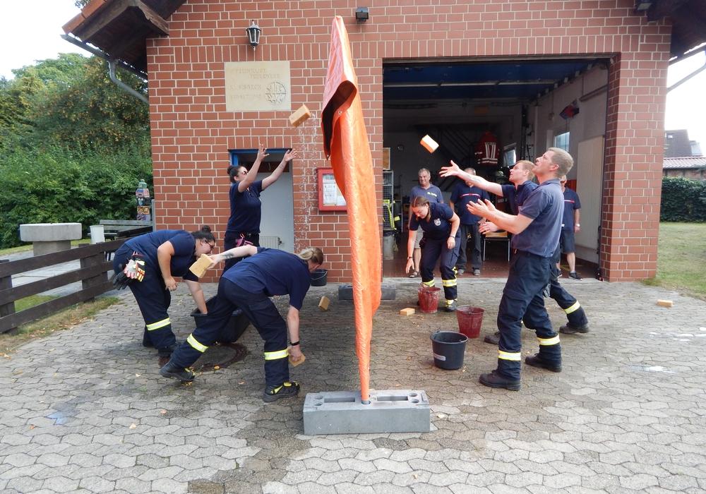 Bei der Station in Klein Sisbeck wurde es feucht für die Teilnehmer. Fotos: Feuerwehren der Samtgemeinde Velpke