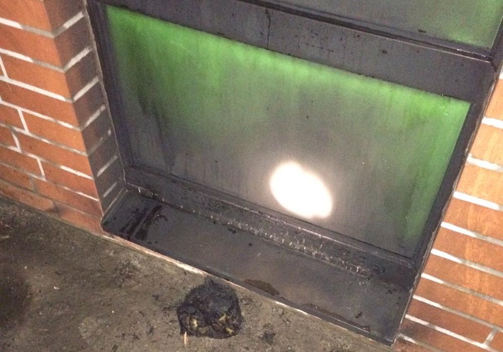 Die Feuerwehr entdeckte Brandbeschleuniger am Restaurant des Sportplatzes. Foto: Feuerwehr Velpke