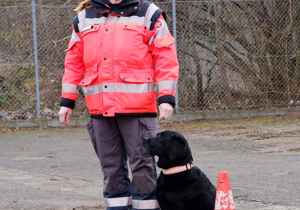 Heidi Heuer und ihre Labradorhündin Lissi bei der Rettungshundeprüfung in Hannover, die die beiden erfolgreich meisterten. Foto: Johanniter/Sylke Heun