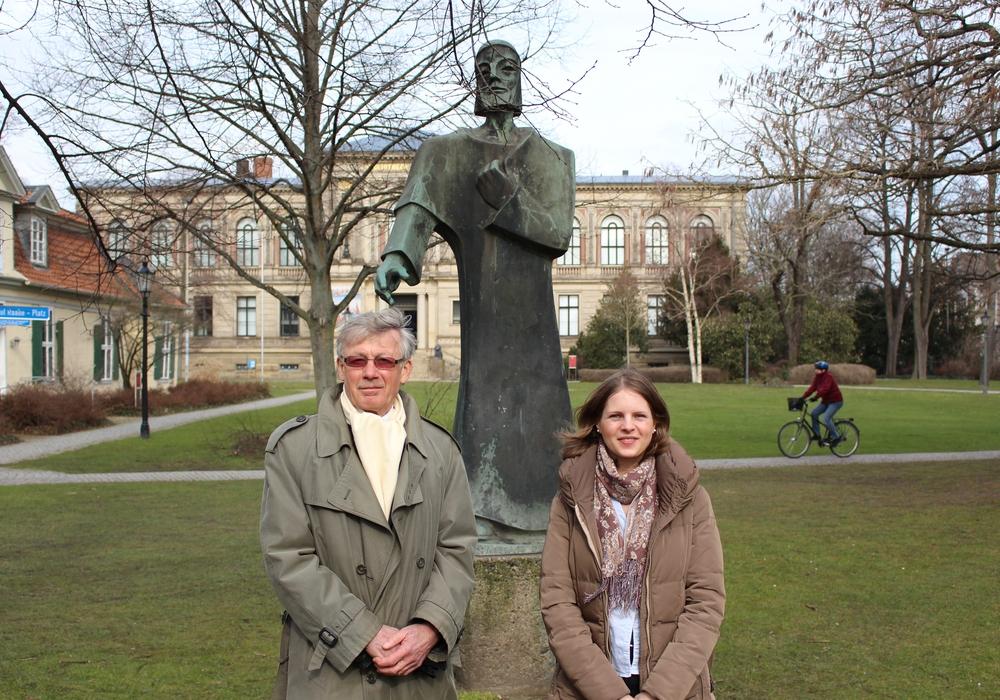 Professor Dr. Christoph Helm (Vorsitzender) und Laura Hohmann (Geschäftsführerin) vom Kulturstadt Wolfenbüttel e.V. vor der Statue von Nathan der Weise. Foto: Max Förster