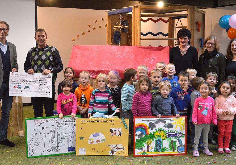 Stolz zeigen die Kinder ihre Bilder. Foto: Raedlein/Stadt Wolfenbüttel