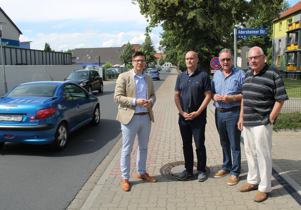 Björn Försterling traf bei einem Ortstermin an der Grauhofstraße unter anderem Sven Müller, Rudolf Selmikat und Manfred Brandt (v.l.) zum Gespräch. Foto: Christina Balder