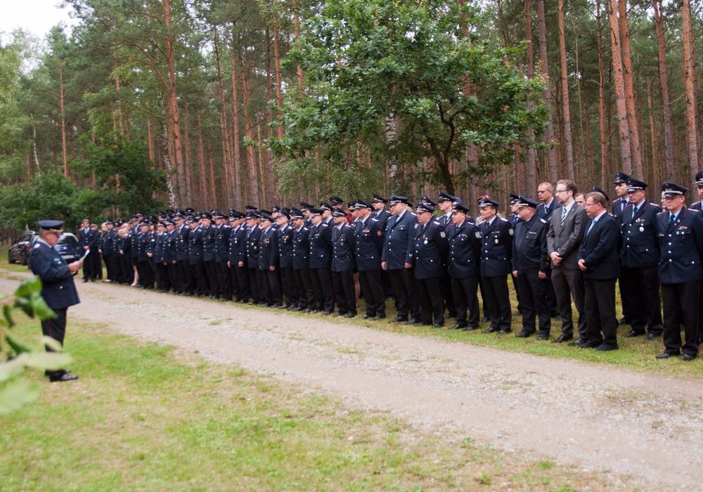150 Feuerwehrkameraden waren angetreten, um den beim Waldbrand verstorbenen Kameraden die Ehre zu erweisen. Fotos: Schaffhauser, Samtgemeindepressesprecher