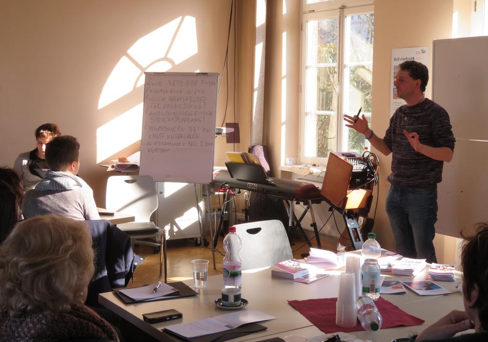 """Gerrit Dolle, Integrationsmoderator AWO-Migrationsberatung Braunschweig, beim Workshop """"Übergang in den Arbeitsmarkt"""". Fotos: Oliver Ding"""