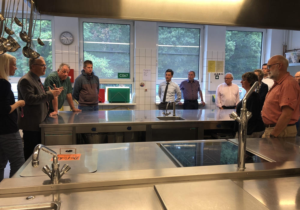 Die SPD-Fraktion begutachtete die Großküche, die modernisiert werden soll. Foto: SPD-Kreistagsfraktion Gifhorn