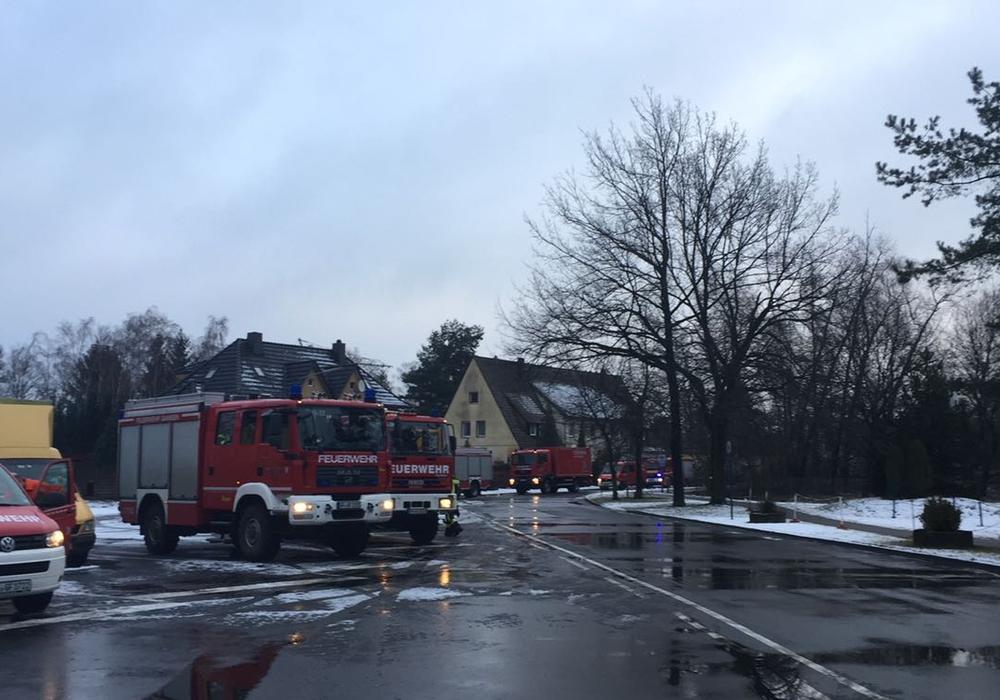 Die Feuerwehr rückte mit mehreren Fahrzeugen aus. Foto: Bernd Dukiewitz